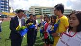 Trưởng Ban tổ chức, Nhà báo Đào Trọng Nhân trao hoa chúc mừng các đội dự giải. Ảnh: ANH TRẦN