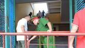 Lực lượng Công an kiểm tra khán giả tại cổng vào khán đài. Ảnh: MINH HOÀNG