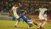 Mạc Hồng Quân nỗ lực tranh bóng cùng hậu vệ Quảng Nam. Ảnh: MINH HOÀNG