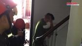 Clip giải cứu người phụ nữ cùng bé trai 8 tháng tuổi mắc kẹt trong thang máy ở TPHCM