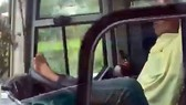 Tài xế Hiếu dùng chân lái xe (ảnh cắt từ clip)