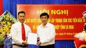 Ông Nguyễn Đức Thánh, Chánh Văn phòng UBND tỉnh trao quyết định bổ nhiệm ông Quách Văn Ấn, Giám đốc Trung tâm xúc tiến đầu tư và hỗ trợ doanh nghiệp