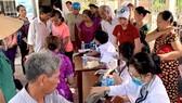 Các bác sĩ Trường Đại học Y dược TPHCM khám bệnh, tư vấn sức khỏe cho người dân