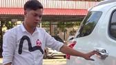 Tài xế Nguyễn Trung Hiếu bên chiếc xe gây tai nạn