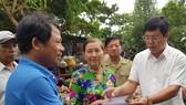 Ông Nguyễn Tiến Hải (sơ mi trắng, tay ngắn) đến thăm, hỗ trợ các bị ảnh hưởng bởi thiên tai