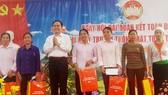 Chủ tịch Ủy ban Trung ương MTTQ Việt Nam Trần Thanh Mẫn tặng quà cho các hộ dân tiêu biểu