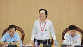Bộ trưởng Bộ GD-ĐT Phùng Xuân Nhạ kiểm tra công tác thi tại Hoài Đức. Ảnh: ĐỖ TRUNG