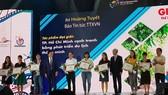 Các phóng viên nhận giải báo chí trong khuôn khổ ITE HCMC 2019