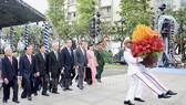 Các đại biểu dâng hoa tưởng niệm Chủ tịch Hồ Chí Minh tại Công viên Tượng đài Chủ tịch Hồ Chí Minh. Ảnh: hcmcpv
