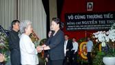 Chủ tịch Quốc hội Nguyễn Thị Kim Ngân chia buồn cùng gia đình đồng chí Nguyễn Thị Thu. Ảnh: HOÀNG HÙNG