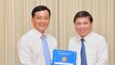 Đồng chí Hà Phước Thắng nhận quyết định Chánh văn phòng UBND TPHCM. Ảnh: VIỆT DŨNG