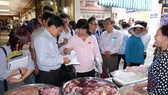 Inspectors pay visit to pork meat booth in Ben Thanh Market in District 1 (Photo: SGGP)