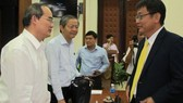 Party Secretary Nguyen Thien Nhan (1, left)  meets businessmen at the meeting (Photo: SGGP)