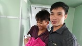 Nurse in ( black shirt) and young father Le MInh Nhut (Photo: SGGP)