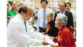 PM Nguyen Xuan Phuc presents gifts to relatives of martyrs (PHoto: SGGP)