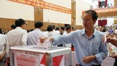 Employees and party members give their one-day salary to support locals in flood-hit areas (Photo: SGGP)