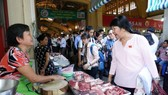 Supervisors pay visits to Ben Thanh Market (Photo: SGGP)