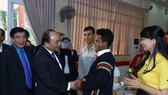 PM Nguyen Xuan Phuc visits and presents Tet gifts to needy workers in Dak Lak. (Source: VNA)