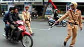 Traffic police handle violation (Photo: SGGP)