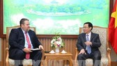 Deputy Prime Minister Vuong Dinh Hue (R) and President of AES Vietnam David Stone (Photo: VNA)
