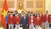 Prime Minister Nguyen Xuan Phuc poses for a photo with Vietnam's sport delegation to ASIAD 2018 (Photo: VNA)