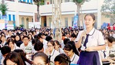 Students of Vo Thi Sau High School are asking questions in the career consultation fair