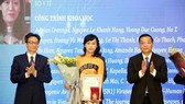 Associate Professor Nguyen Le Khanh Hang receive the award at the ceremony (Photo: SGGP)