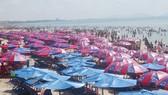 Tourists crowd a beach in Vung Tau city (Illustrative photo: SGGP)