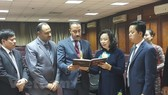 Standing Vice Secretary of the municipal Party Committee Ngo Thi Thanh Hang (second from right) and Egyptian Deputy Minister of Antiquities Ayman Said Abdelmohsen (third from right) (Source: VNA)