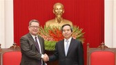 Politburo member and Head of the Party Central Committee's Economic Commission Nguyen Van Binh (R) and Karl Ehlers, Assistant US Trade Representative for the Office of Southeast Asia and the Pacific