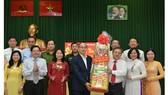 Bí thư Thành ủy TPHCM Nguyễn Thiện Nhân chúc tết Quận ủy Phú Nhuận. Ảnh: VIỆT DŨNG
