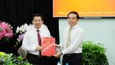 Đồng chí Trần Lưu Quang, Phó Bí thư Thường trực Thành ủy TPHCM trao quyết định tiếp nhận và bổ nhiệm cho đồng chí Dương Ngọc Hải. Ảnh: THU HƯỜNG