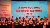 121 suất học bổng được trao cho con em người lao động