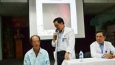 Bác sĩ đang thăm hỏi tình trạng sức khỏe của bệnh nhân