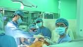 Các bác sĩ tiến hành phẫu thuật nội soi tim