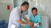 ThS.BS Mai Bá Tiến Dũng đang thăm khám cho bệnh nhân