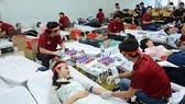 Đông đảo người dân tham gia hiến máu tình nguyện