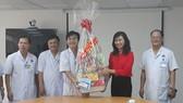 Phó Chủ tịch UBND TPHCM Nguyễn Thị Thu thăm và và chúc tết cán bộ, nhân viên Bệnh viện Ung bướu TPHCM
