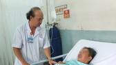 BS.CKII.Lê Hữu Phước đang thăm khám cho bệnh nhân