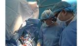 Các bác sĩ đang tiến hành phẫu thuật niệu đạo cho bệnh nhân bị chấn thương