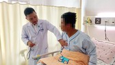 Bác sĩ Trần Thanh Vỹ đang thăm khám cho bệnh nhân
