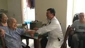 Bác sĩ đến tận nhà thăm khám cho người bệnh