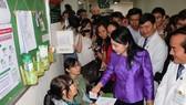 Bộ trưởng Bộ Y tế Nguyễn Thị Kim Tiến thăm hỏi bệnh nhân đang thăm khám tại Bệnh viện Hoàn Mỹ