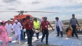 Bệnh nhân được đưa từ trực thăng xuống phòng điều trị. Ảnh: BV Cung cấp