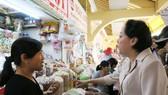 Bà Phạm Khánh Phong Lan, Trưởng ban Quản lý ATTP TPHCM kiểm tra bánh kẹo tại chợ Bình Tây