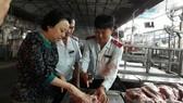 Lực lượng chức năng đang tiến hành kiểm tra thực phẩm tại chợ đầu mối Hóc Môn