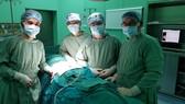 Các bác sĩ đang tiến hành phẫu thuật cho ông K.