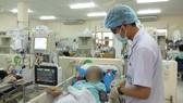 Bác sĩ đang chăm sóc và điều trị cho bệnh nhân