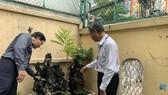 Đoàn kiểm tra tuyên truyền cho người dân cách diệt muỗi, lăng quăng phòng tránh sốt xuất huyết