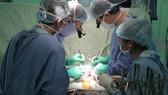Ekip đang tiến hành phẫu thuật cho bệnh nhân